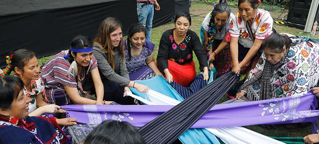 Mujeres indígenas celebran la ceremonia de apertura antes del inicio del Foro de Igualdad Generacional en Ciudad de México. ONU Mujeres/Paola Garcia