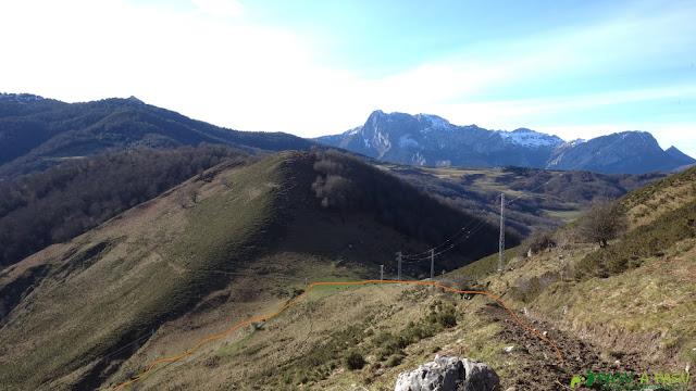 Camino a Víboli junto a las torretas de tensión