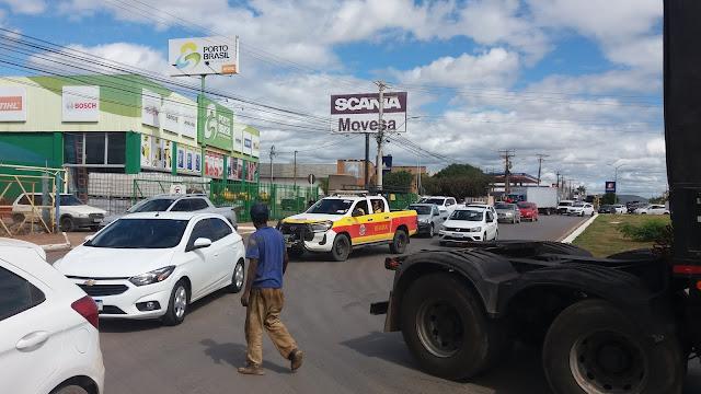 Carreta com problema mecânico interrompe trânsito  na rotatória saída pra Salvador