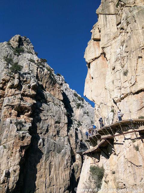 Después del puente colgante, se puede ver parte de las antiguas pasarelas. Caminito del Rey
