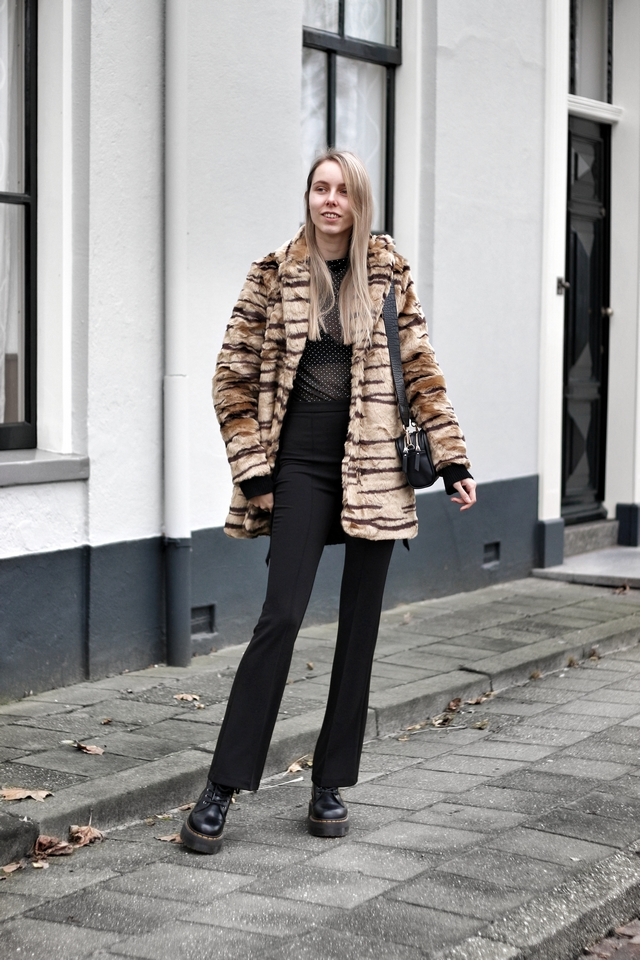 Outfit met tijgerprint jas van imitatiebont zwarte outfit en schakel armband My Jewellery Jadon Dr Martens boots doorschijnende mesh top mode blogger