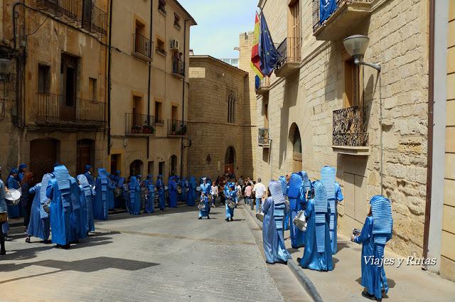 Calles de Alcañiz, preparando la procesión del Pregón de Semana Santa