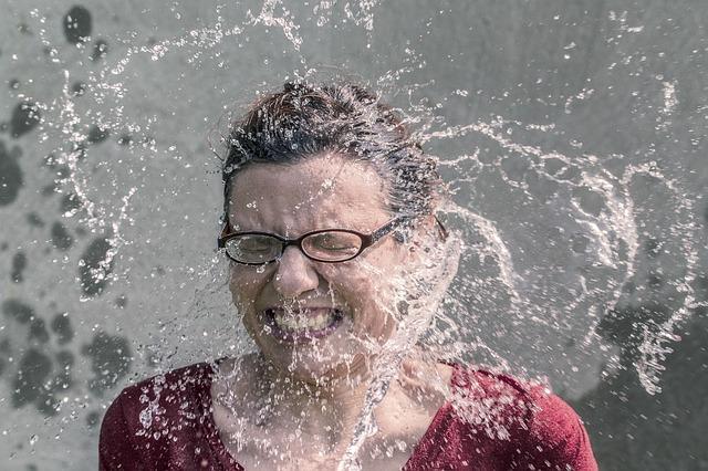水を浴びて驚く外国人女性