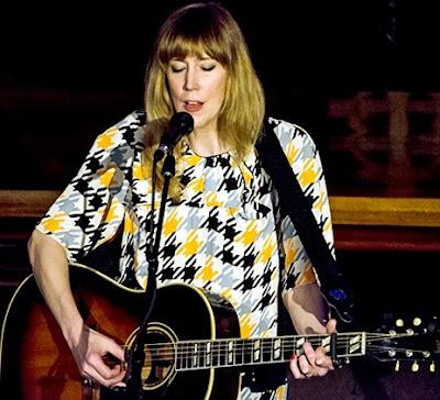 Foto de Beth Orton cantando con su guitarra
