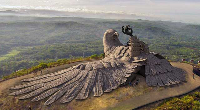 Patung Jatayu terletak di Chadayamangalam