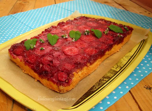 Обърнат сладкиш с ягоди