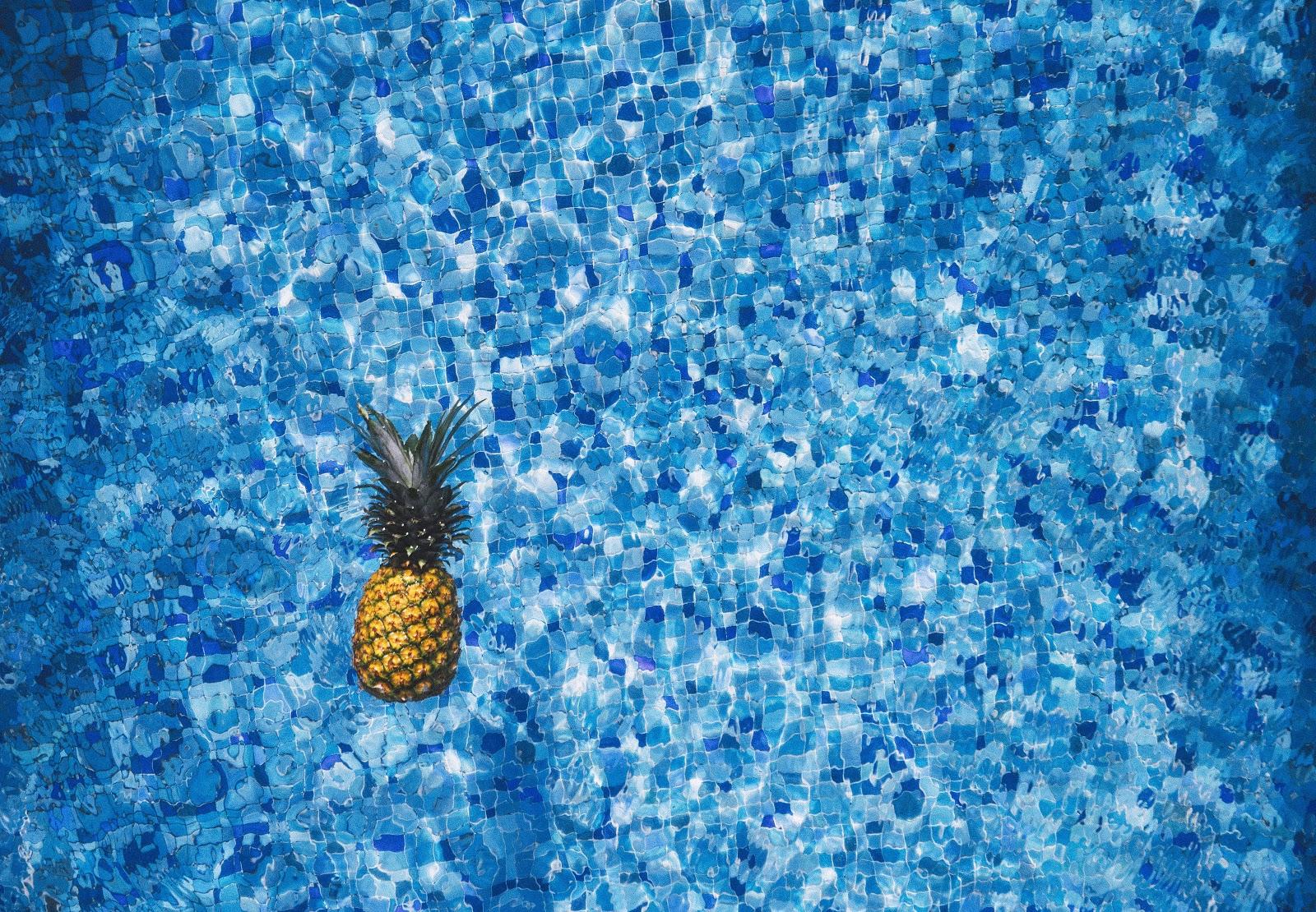 水に浮かんだパイナップル