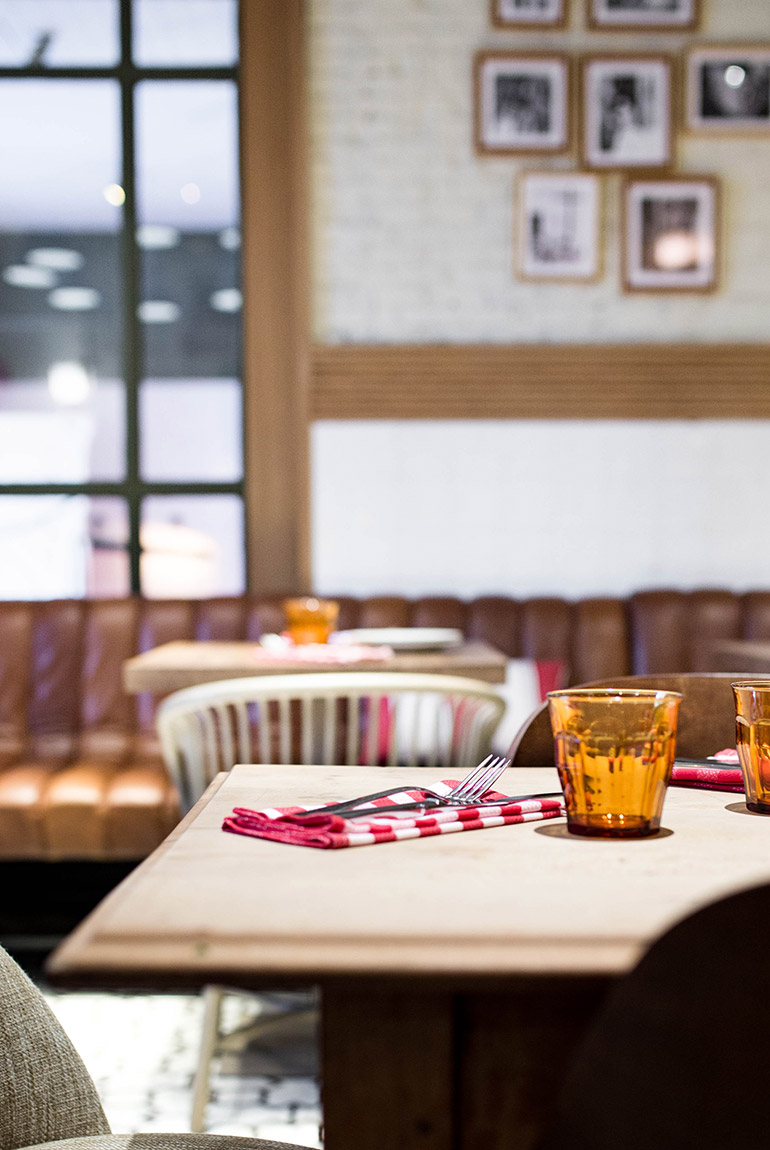 restaurante-fellina-cocina-italiana-madrid-detalle-servilleta-cuadros-vasos