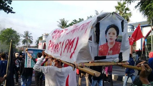 Mengerikan, Mahasiswa Makassar Mengarak Keranda Puan Maharani Bertuliskan 'Mayat Perampok Rakyat'