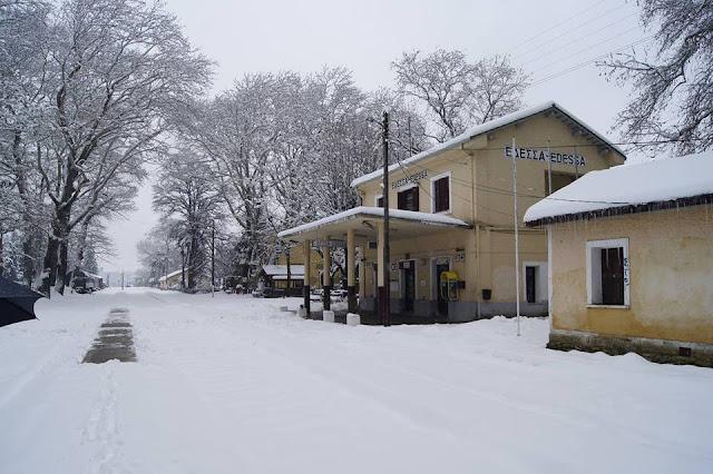 Ο σιδηροδρομικός σταθμός χιονισμένος