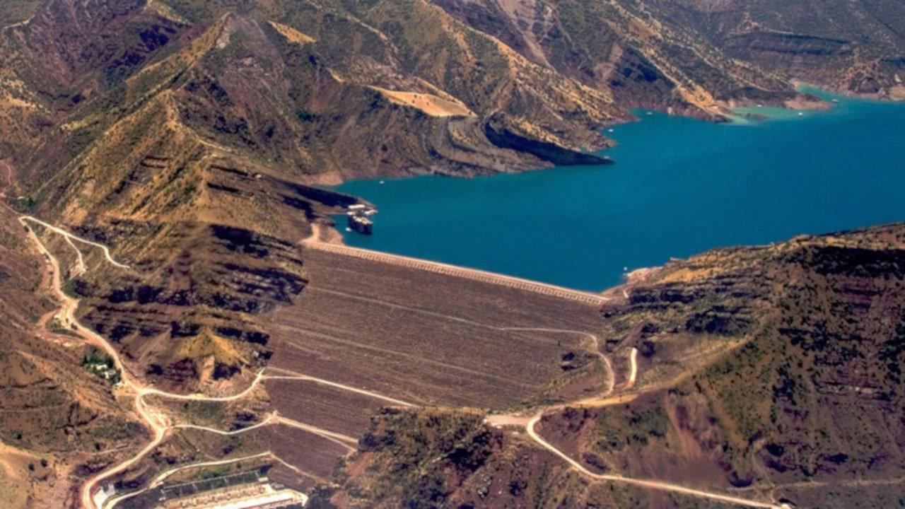 aguas con las presas de tierra y residuos