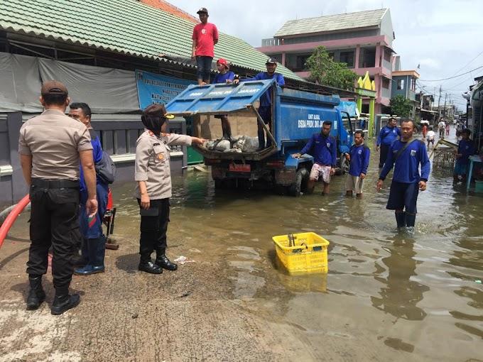 Kapolsek Sunda Kelapa Bantu Warga Menanggulangi Banjir