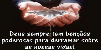 imagem com a frase: Deus sempre tem bênçãos poderosas para derramar sobre as nossas vidas!