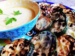 Гриловани тиквички със сос от кисело мляко с чесън и куркума - рецепта