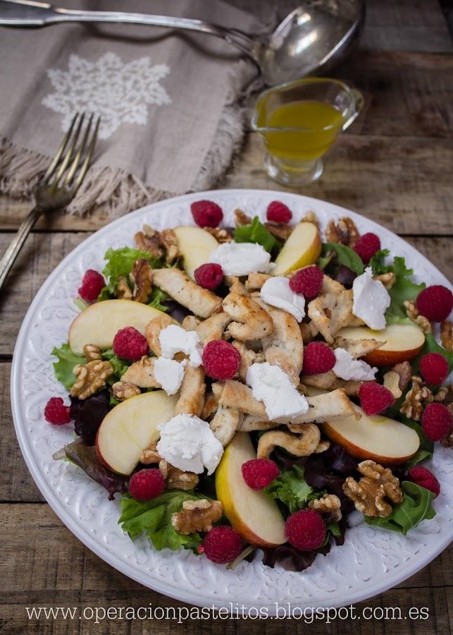 ensalada-pollo-frambuesas-manzanas