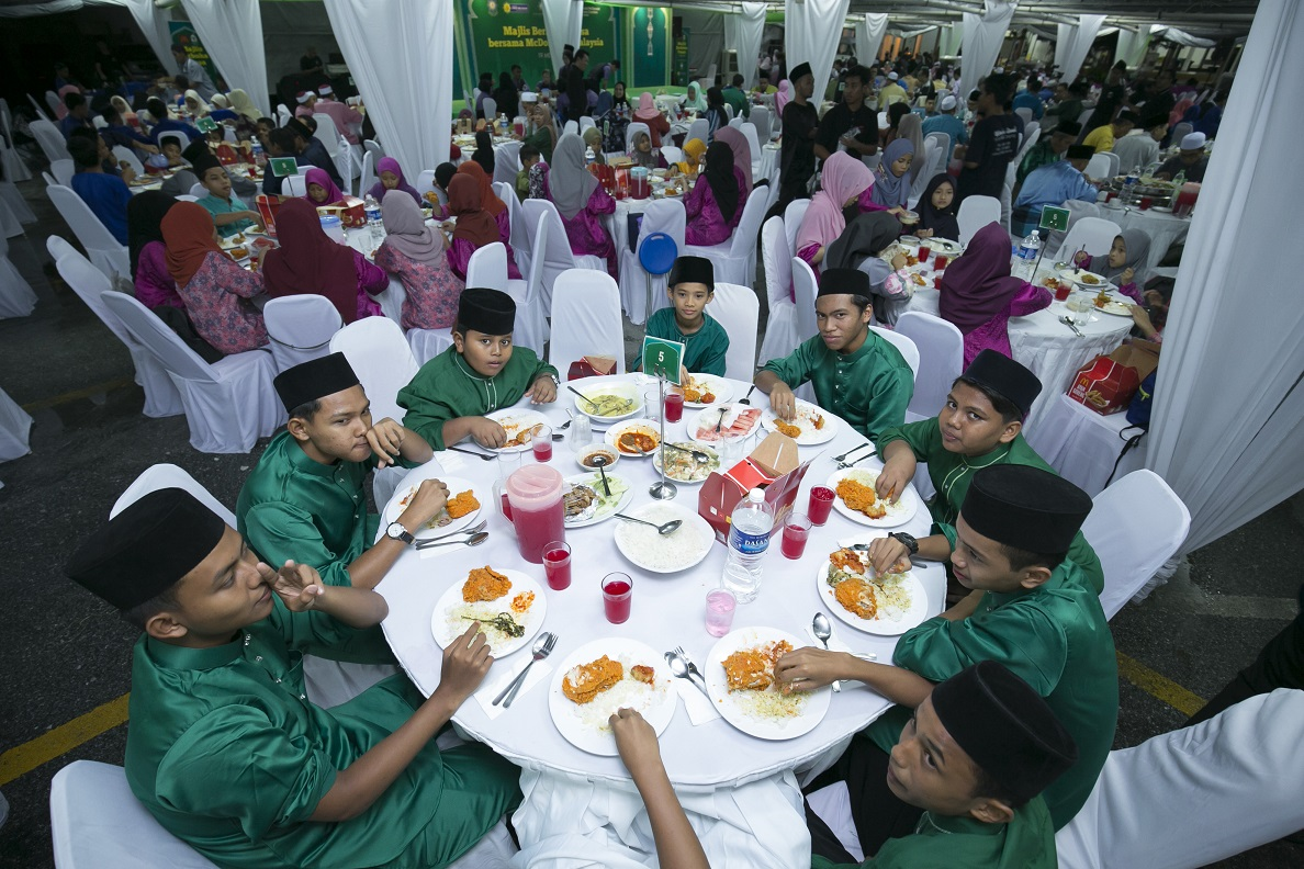 majlis berbuka puasa yang dianjurkan oleh McDonald's Malaysia, Persatuan Kebajikan Ronald McDonald (RMHC), Majlis Agama Islam Selangor (MAIS), Lembaga Zakat Selangor (LZS) dan Yayasan Islam Darul Ehsan (YIDE)