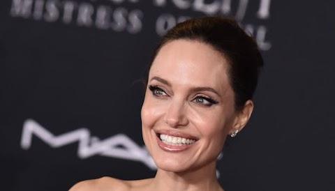 Megdöbbentő! 44 évesen így mutogatja a testét Angelina Jolie