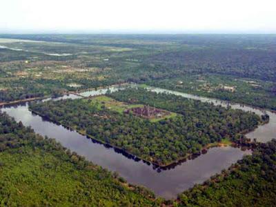 "Angkor Wat -History of Ancient Temple - ప్రపంచంలోనే అతిపెద్ద హిందూ దేవాలయంగా వెలుగొందుతోంది అలనాటి కాంభోజ రాజ్యము, తర్వాత కంపూచియ, నేటి కంబోడియ.లోని ""అంగ్కోర్ వాట్ దేవాలయం"" - టోనెల్ సాస్ సరస్సు తీరాన సుమారు 200 చదరపు కిలో మీటర్ల పరిధిలో దేవతలకు నిలయమైన పవిత్రస్థలంలో ప్రపంచంలోనే అతిపెద్ద మతపరమైన సముదాయం-  క్రీ.శ 12వ శతాబ్దకాలంలో ఈ ఆలయ నిర్మాణం- దగ్గరలోని మరో అద్భుత ప్రదేశం  ఆంగ్కోర్ థోమ్."