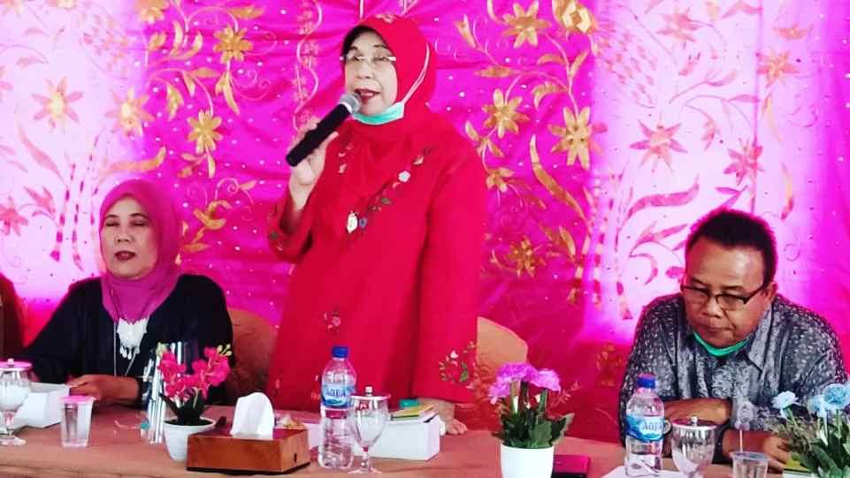 Hj. Emma Yohanna (Anggota DPD RI) saat menyampaikan orasi kebudayaan dalam kunjungan ke Nagari Saniangbaka, Selasa 23 Februari 2021. (Dok. Istimewa)