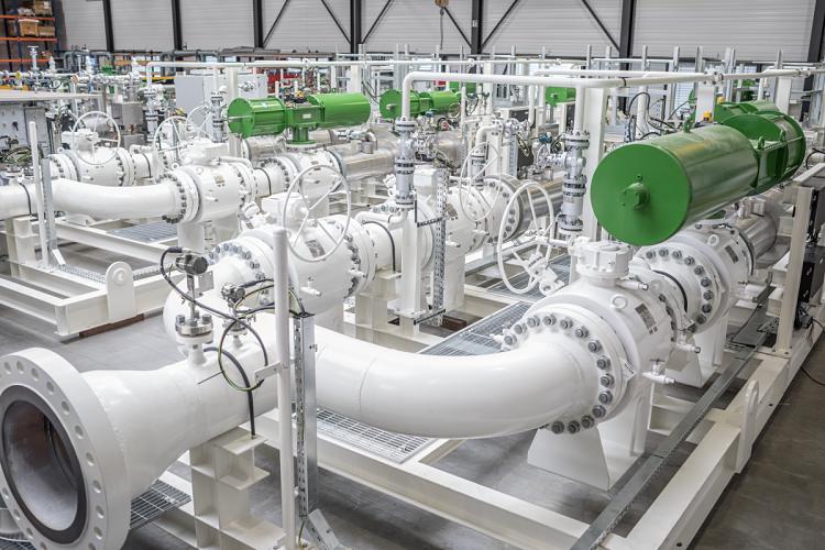 Medidores de caudal instalados en una planta industrial