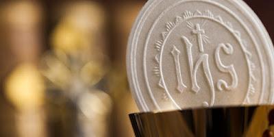 imagem da hóstia na Santa Missa Eucaristia