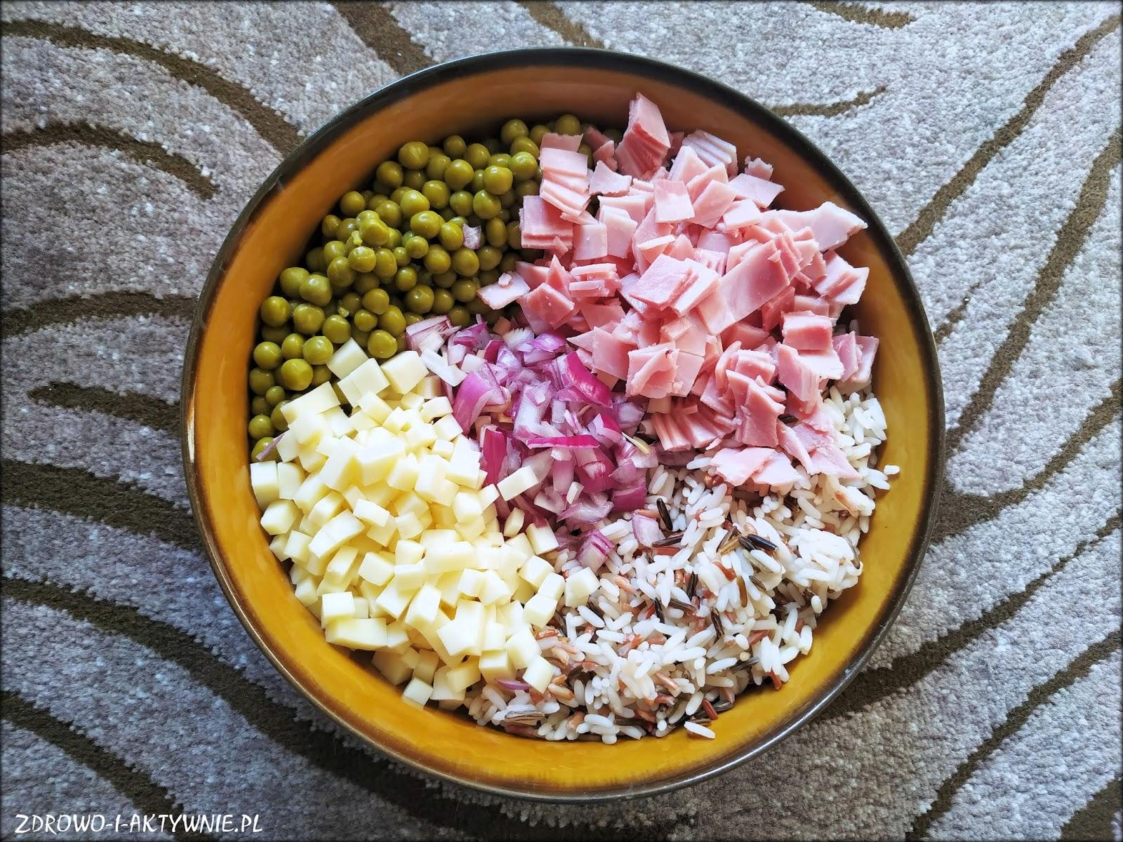 Sałatka ryżowa z szynką, serem i cebulką