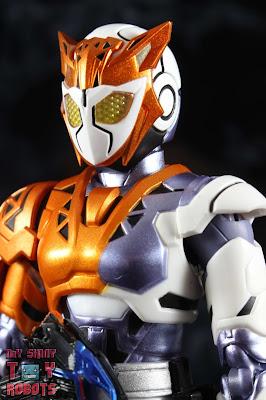 S.H. Figuarts Kamen Rider Valkyrie Rushing Cheetah 01