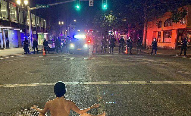 Tanpa Sehelai pun, Wanita AS Ikut Aksi Protes dan Tantang Polisi untuk Menembaknya