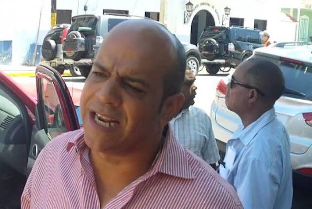 Residentes del barrio Camboya en Barahona lanzan piedras e insultan alcalde Tavito Subervi