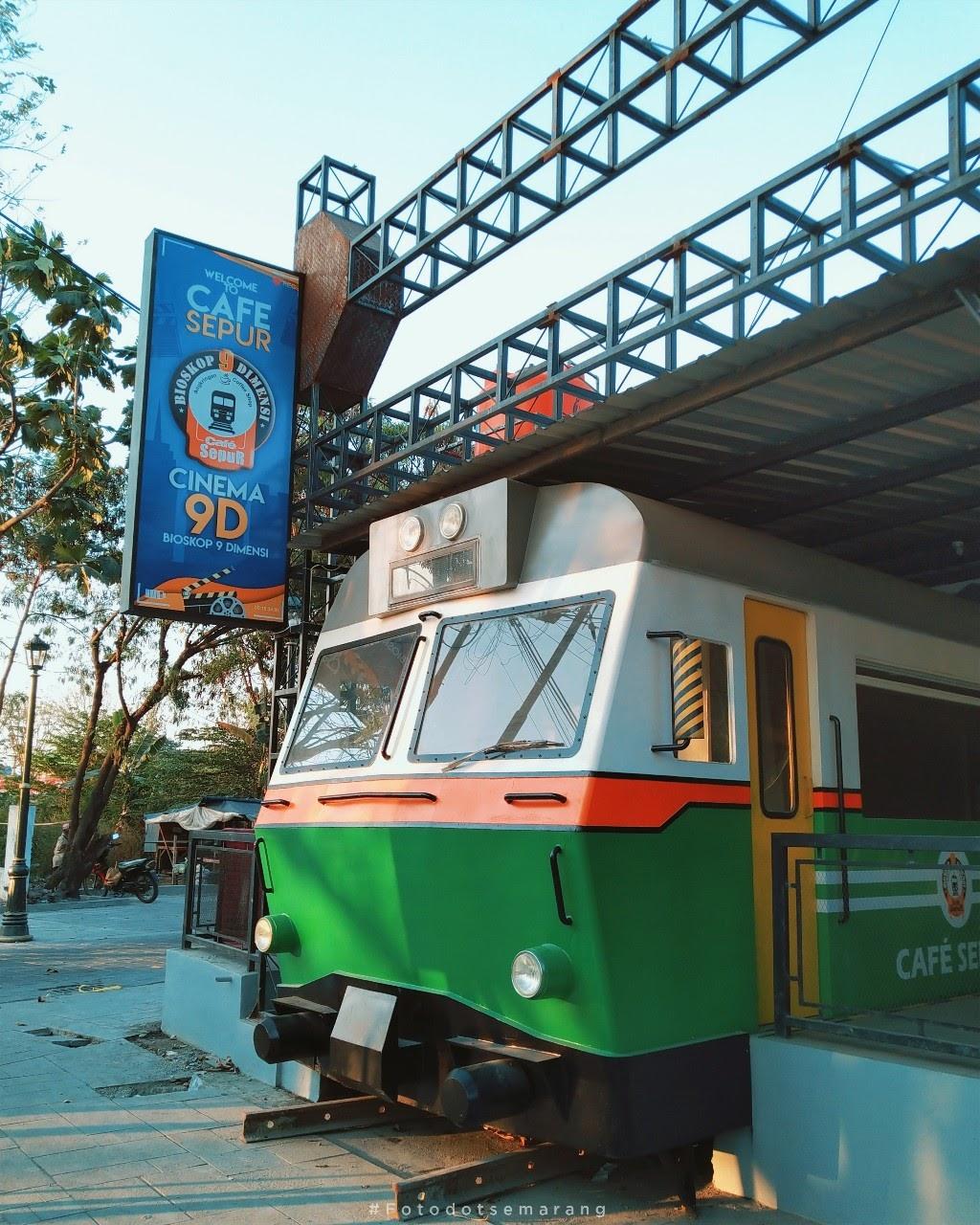 Nonton Bioskop di Cafe Sepur Kota Lama Semarang