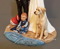 cake topper statuetta sposi per torta tema mare con bimbo e cane labrador milano orme magiche