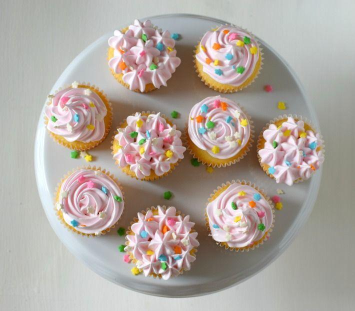 Cupcakes de vainilla decorados con merengue, utilizando la misma boquilla en una manga pastelera, se hacen distintos topes en la decoracion