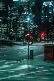 Wallpaper pemandangan malam hari dijalan