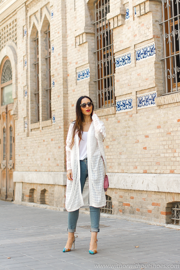 tendencias streetstyle Influencer blogger valencia con look urban chic comodo estiloso primavera chaqueta cardigan blanco NÜ Denmark y jeans Meltin Pot