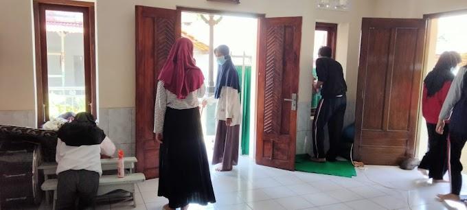 Kegiatan Bersih-bersih Dalam Rangka Program Masjid Hijau
