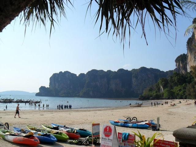 หาดไร่เลย์ตะวันตก บริเวณชายหาดถูกโอบล้อมด้วยภูเขา เป็นชายหาดที่ค่อยข้างเงียบสงบ มีเม็ดทรายละเอียดขาวสะอาด น้ำทะเลใสเหมาะแก่การลงเล่นน้ำ