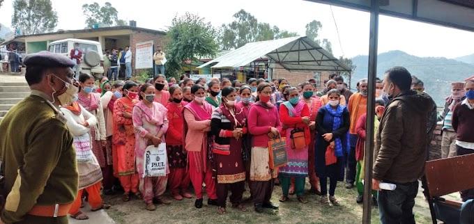 रेहड़ी फहड़ी मामले ने पकड़ा तूल, सैकड़ों महिलाओं ने किया धरना प्रदर्शन