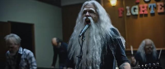 El abuelo metalero; hace jam con canción de Metallica