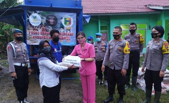 Kapolres Dampingi Ketua Cabang Bhayangkari Tanggamus Serahkan Bantuan di Posko Bencana Semaka