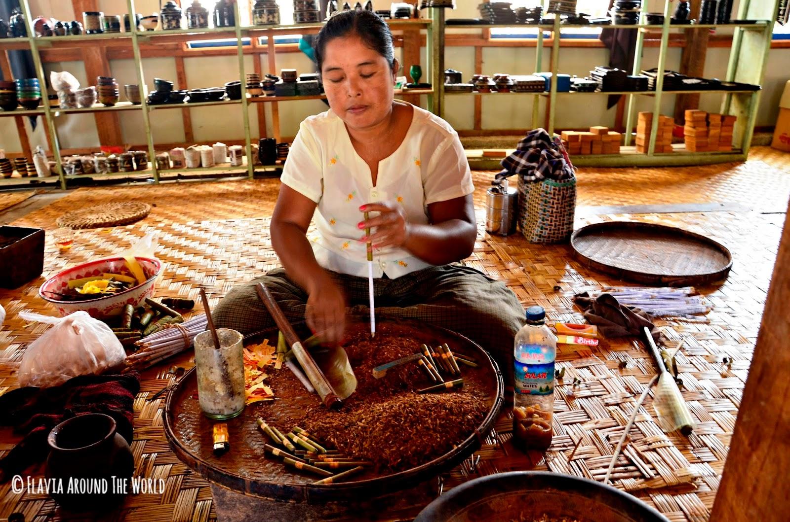 Mujer elaborando tacaco en el lago Inle