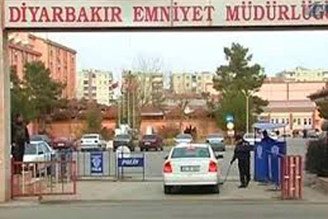 Konuya ilişkin Diyarbakır İl Emniyet Müdürlüğünden yapılan yazılı açıklamada, bazı sosyal medya hesaplarında Sur İlçesi Çarşı Polis Merkezi Amirliğinde iki esnafın darp edildiği şeklinde iddiaların yer aldığı belirtildi.
