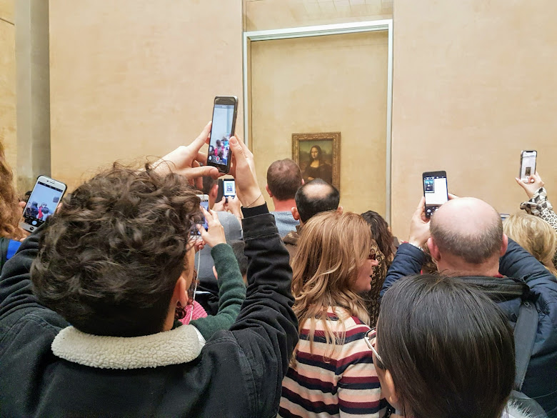 館內的蒙娜麗莎收藏,一堆手機與相機