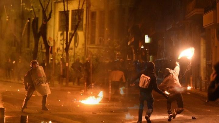 Ένταση τη νύχτα στα Εξάρχεια - Νέες επιθέσεις με μολότοφ κατά αστυνομικών