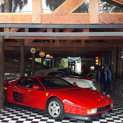 Ferrari e Corvette: europeus e americanos lado a lado na garagem de Ibiúna.
