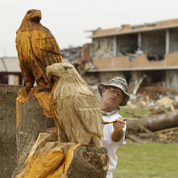 Árvore Destruída Por Tornado Vira Escultura na Cidade de Joplin   Estados Unidos