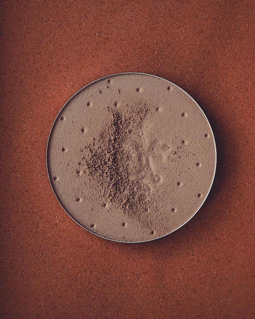 feerie celeste bewitched bronze bronzing and contouring powder puder brązujący kolory brązerów pixie cosmetics brązer naturalny brązer jak wygląda na skórze brązer nie zapycha porów 200 vintage dream brązer dla bladej skóry