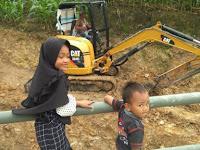 Jembatan Penghubung Jadi Tempat Bermain Anak-Anak Desa Hatta
