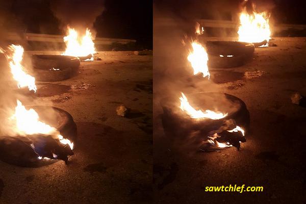 غاضبون يقطعون الطريق بقريه القلته ببلدية المرسى