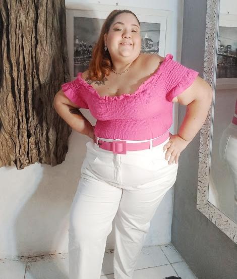 calca off white plus e blusa rosa e cinto