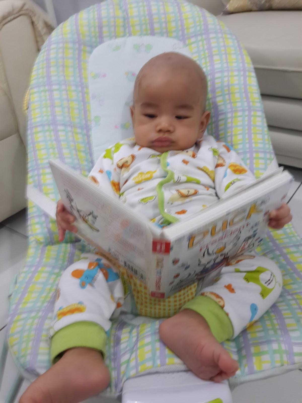"Nara usia 4 bulan ""membaca"" buku"
